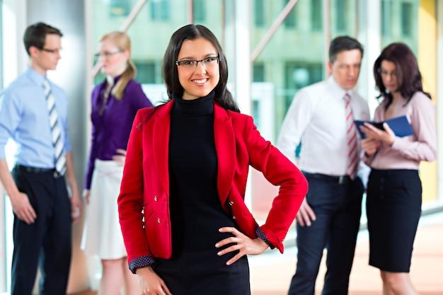 Pessoas de negócios ou equipe no escritório Foto Premium