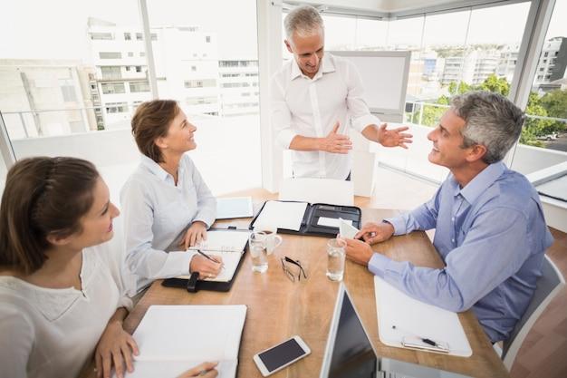 Pessoas de negócios ouvindo a apresentação de colegas Foto Premium