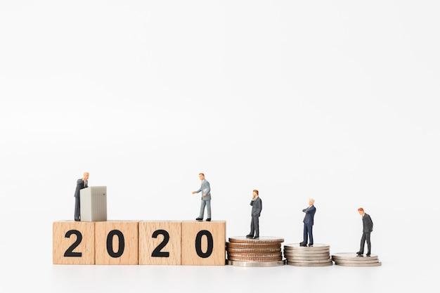 Pessoas de negócios permanente no número do bloco de madeira 2020 Foto Premium