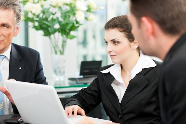 Pessoas de negócios - reunião da equipe em um escritório Foto Premium