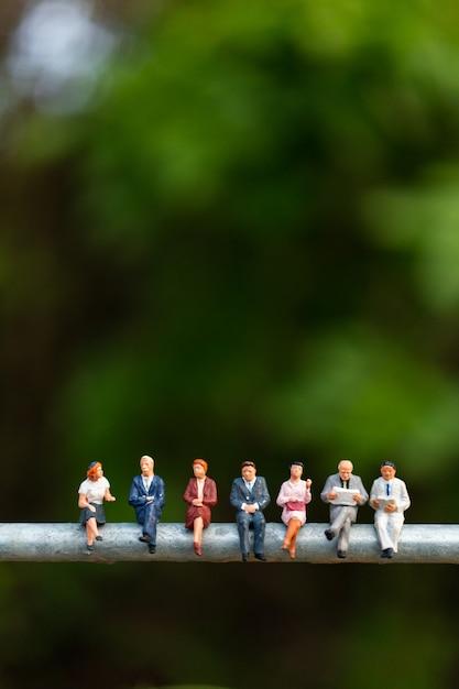 Pessoas de negócios, sentado em um fio Foto Premium