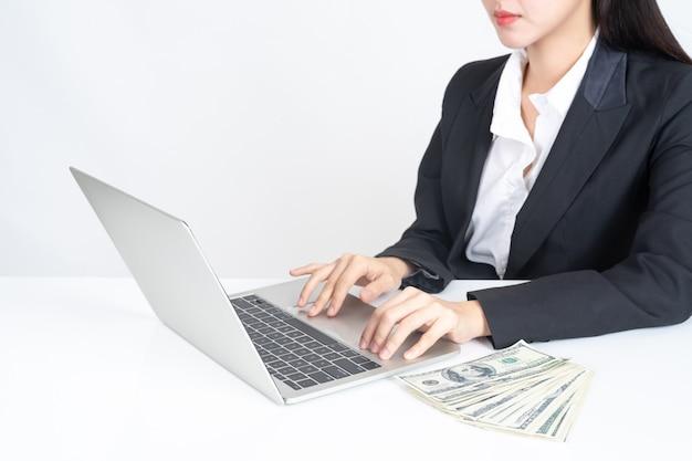 Pessoas de negócios, trabalhando com o laptop no escritório Foto gratuita