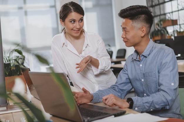 Pessoas de negócios, trabalhando juntos no escritório Foto Premium