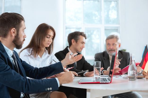 Pessoas de negócios trabalhando juntos Foto gratuita