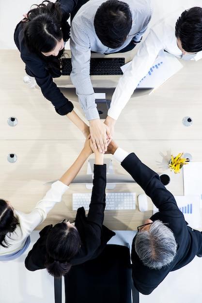 Pessoas de negócios, trabalho em equipe no escritório. Foto Premium