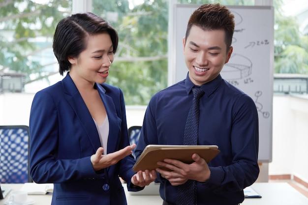 Pessoas de negócios usando o tablet pc Foto gratuita