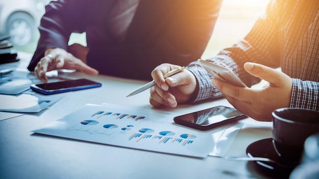 Pessoas de negócios usando telefones inteligentes para tornar as conexões sociais mais rápidas. Foto Premium