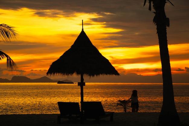 Pessoas de silhueta na praia cor bonita paisagem céu Foto Premium