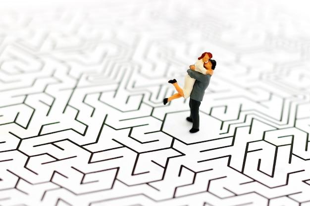 Pessoas em miniatura casal amante centro de labirinto, resolver problemas com amor. Foto Premium