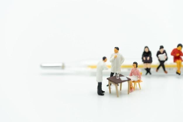 Pessoas em miniatura consulte um médico para pedir problemas de saúde. verificação de saúde anual Foto Premium