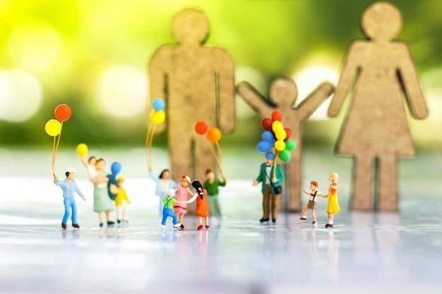 Pessoas em miniatura: crianças brincando com ballon. Foto Premium
