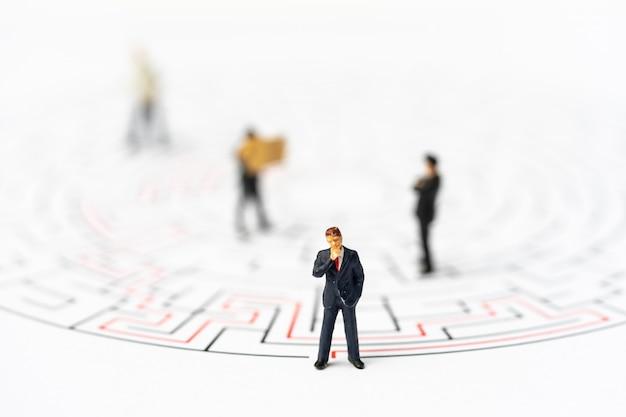 Pessoas em miniatura, empresário no labirinto ou labirinto descobrir o caminho. Foto Premium