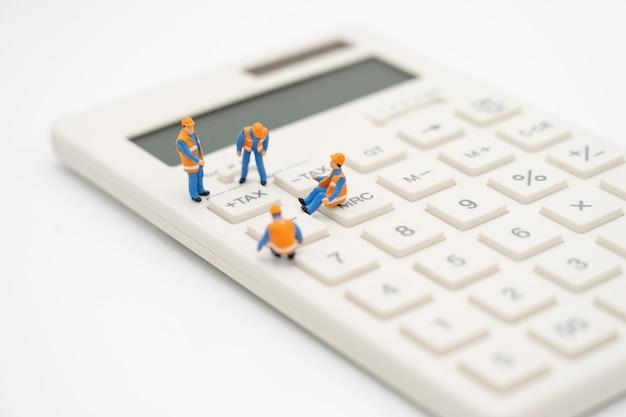 Pessoas em miniatura fila de pagamento renda anual (imposto) do ano na calculadora. Foto Premium