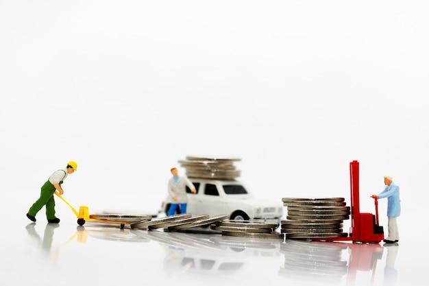 Pessoas em miniatura, transportando moedas Foto Premium