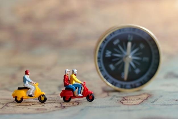 Pessoas em miniatura viajando Foto Premium