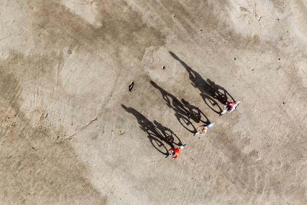 Pessoas em miniatura: viajantes andando de bicicleta Foto Premium