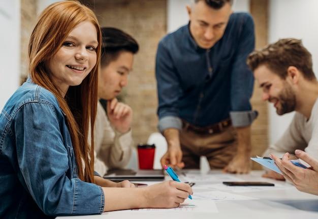 Pessoas em reunião de negócios Foto Premium