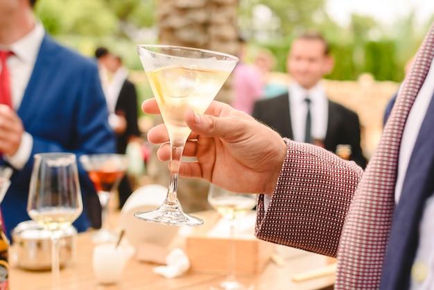 Pessoas em um cocktail beber álcool de seus óculos e se divertindo na festa. Foto Premium