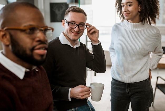 Pessoas em uma reunião discutindo sobre o café Foto gratuita