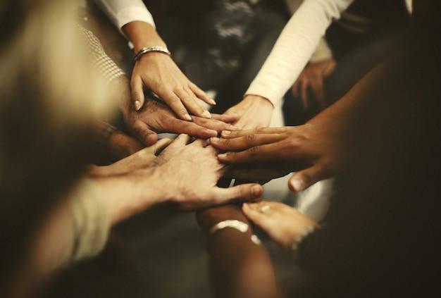 Pessoas, empilhando mãos, como, um, equipe Foto Premium