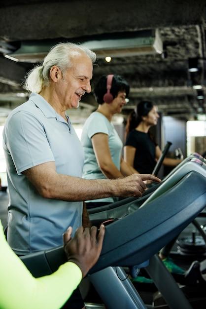 Pessoas, exercitar, em, ginásio aptidão Foto Premium
