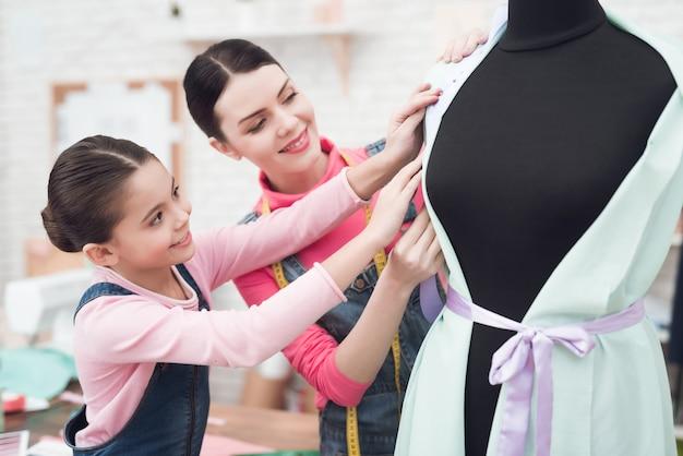 Pessoas experimentando roupas em um manequim. Foto Premium