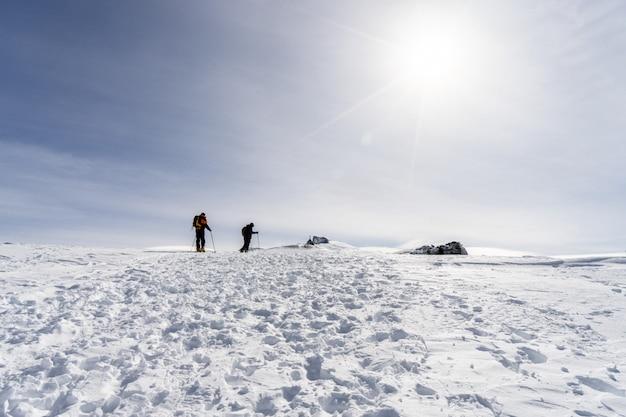 Pessoas fazendo esqui cross-country na serra nevada Foto Premium