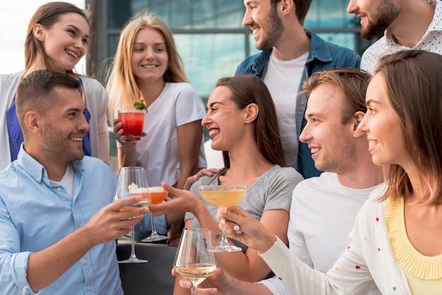 Pessoas felizes em uma festa de terraço Foto gratuita