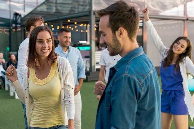 Pessoas felizes em uma festa Foto gratuita