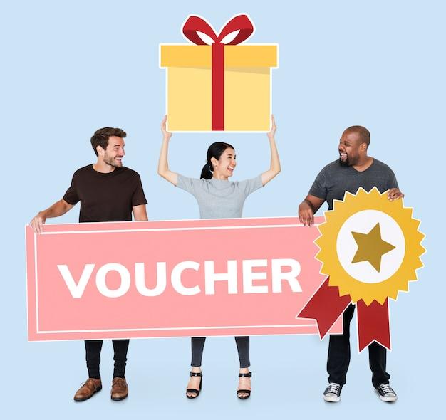Pessoas ganhando um vale-presente Foto Premium