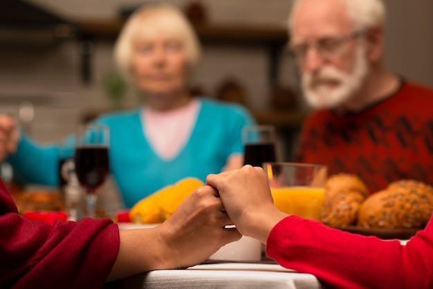 Pessoas idosas na mesa de jantar Foto gratuita