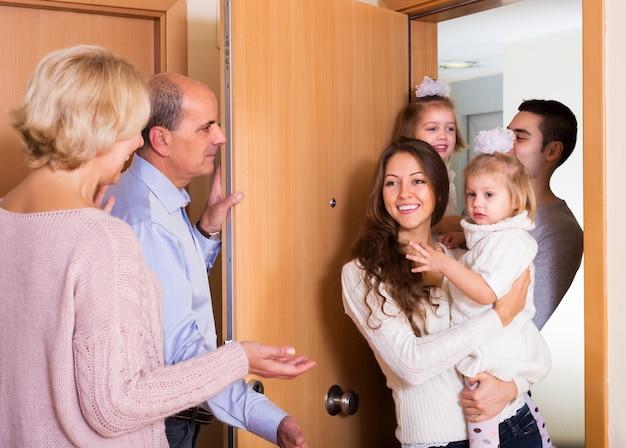 Pessoas idosas que acolhem os queridos convidados Foto Premium