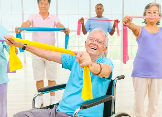 Pessoas idosas saudáveis no ginásio Foto Premium