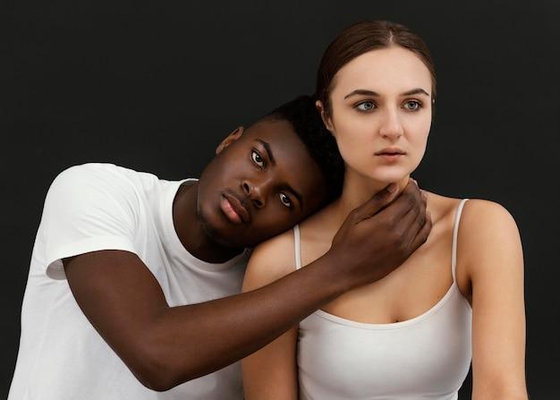 Pessoas inter-raciais em plano médio posando Foto Premium