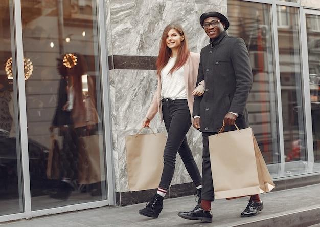 Pessoas internacionais em uma cidade de outono Foto gratuita