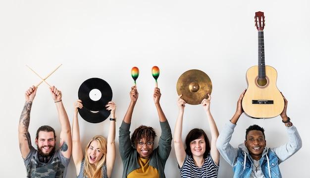 Pessoas juntas curtindo música Foto Premium
