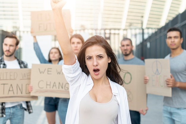 Pessoas marchando juntas em protesto Foto gratuita