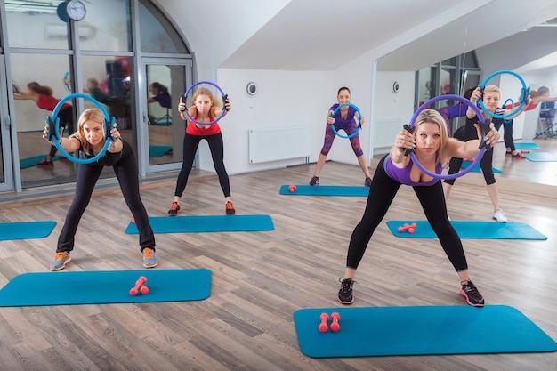 Pessoas na aula de fitness no ginásio Foto gratuita