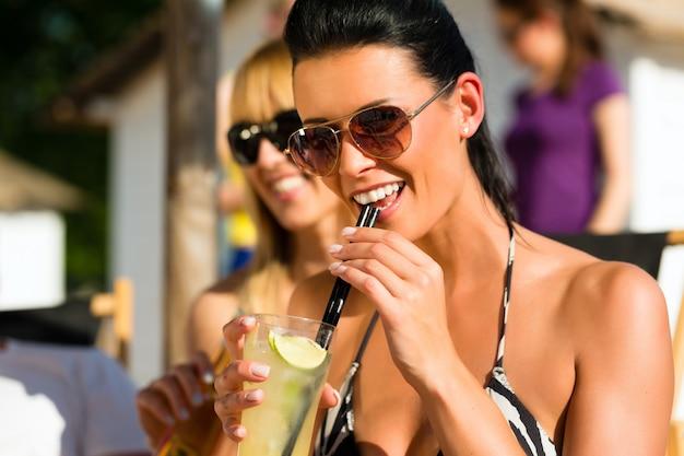 Pessoas na praia bebendo uma festa Foto Premium
