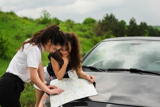 Pessoas navegando com mapa em uma viagem Foto gratuita