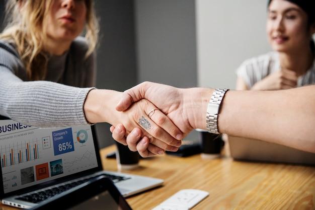 Pessoas negócio, apertar mão, em, acordo Foto gratuita