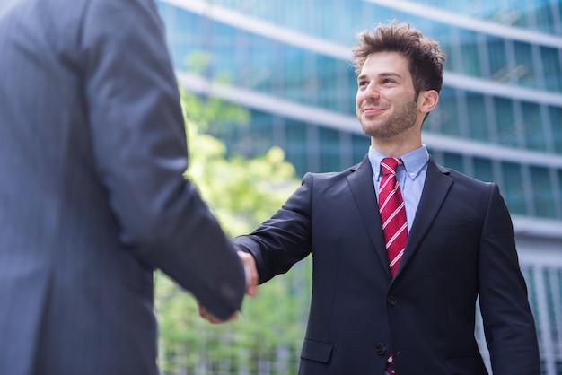 Pessoas negócio, apertar mão, frente, um, escritório Foto Premium
