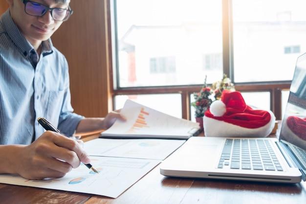 Pessoas negócio, desgastar, chapéu santa, celebrando, 2019, ano novo, natal apresenta, em, escritório Foto Premium