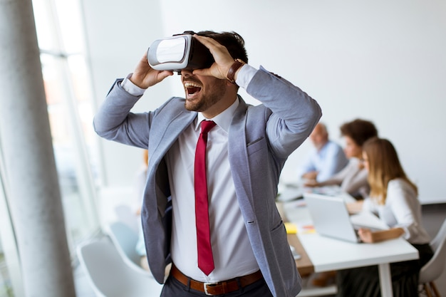 Pessoas negócio, fazendo, equipe, treinamento, exercício, durante, equipe, predios, seminário, usando, vr, óculos Foto Premium