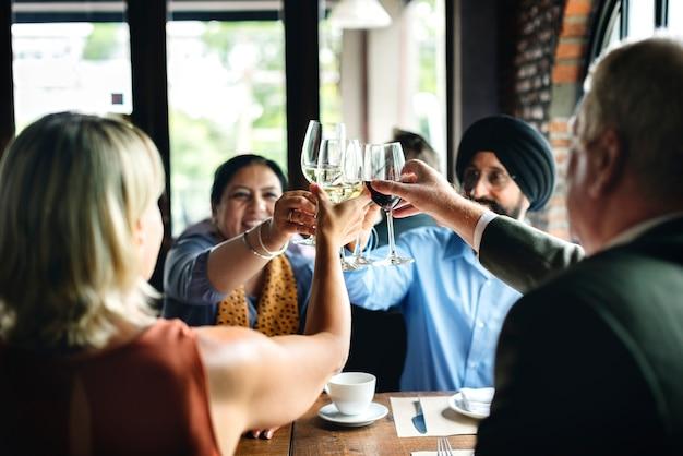Pessoas negócio, jantando, em, um, restaurante Foto Premium