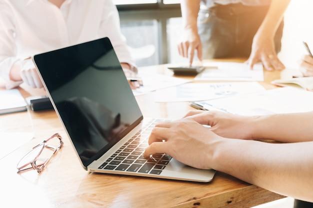 Pessoas negócio, mão, digitando, ligado, a, teclado, em, escritório   Foto Premium