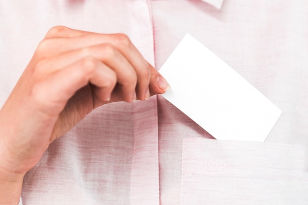 Pessoas negócio, mostrando, cartão negócio branco Foto gratuita