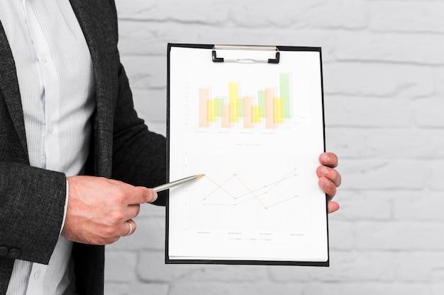 Pessoas negócio, mostrando, quadros, e, estatísticas Foto gratuita