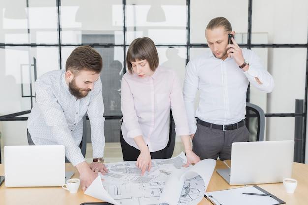 Pessoas negócio, olhar, planos, em, escritório Foto gratuita
