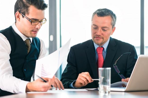 Pessoas negócio, -, reunião, em, um, escritório Foto Premium